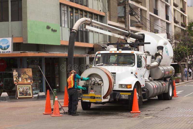 Göra ren kloaken i Lima, Peru arkivbilder
