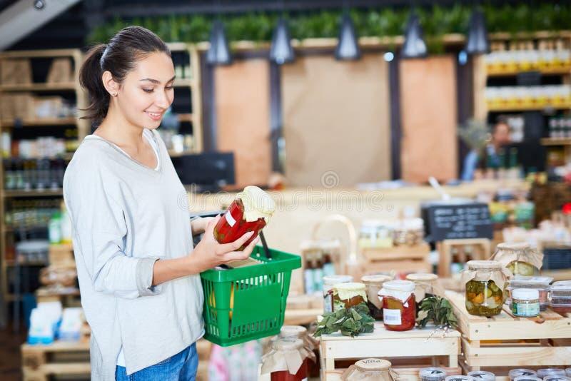 Göra shopping i organisk produktsupermarket arkivfoto