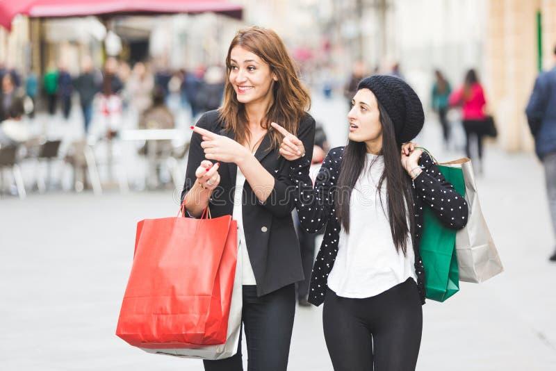göra shoppingkvinnor fotografering för bildbyråer