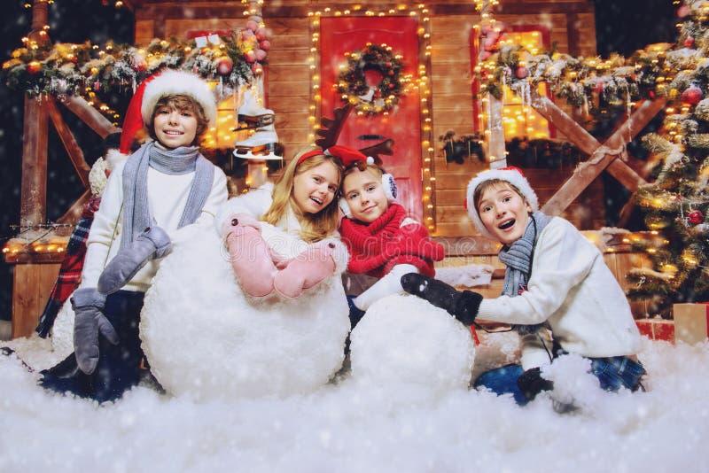 Göra snögubben tillsammans arkivfoto
