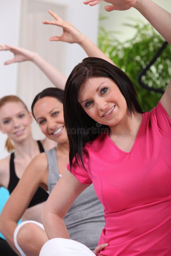 göra sportar tre unga kvinnor arkivbilder