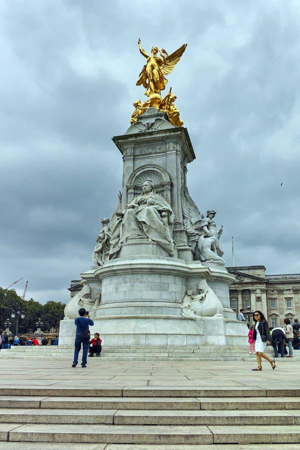 Göra till drottning Victoria Memorial framme av Buckingham Palace, London, England, Förenade kungariket arkivfoton