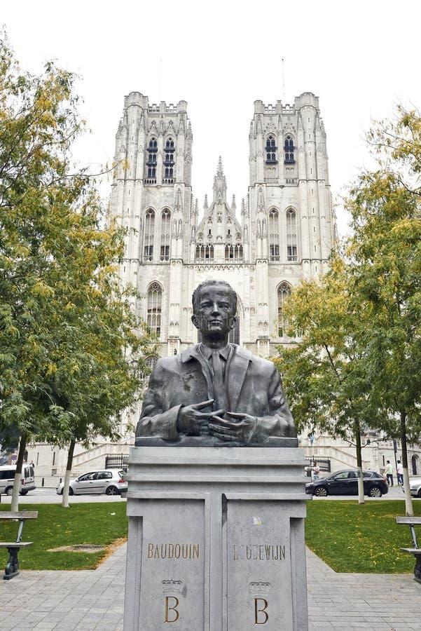 Göra till kung Baudouin Statue framme av St Michael och Cath för St Gudula royaltyfri bild