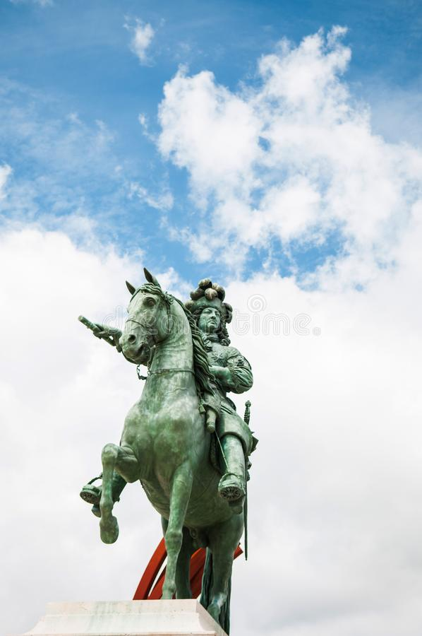 Göra till kung den Louis XIV monumentet på slotten av Versailles royaltyfri bild