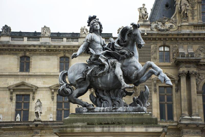 Göra till kung den Louis XIV statyn på Cour Napoleon ingången till Museen du Louvre royaltyfria foton