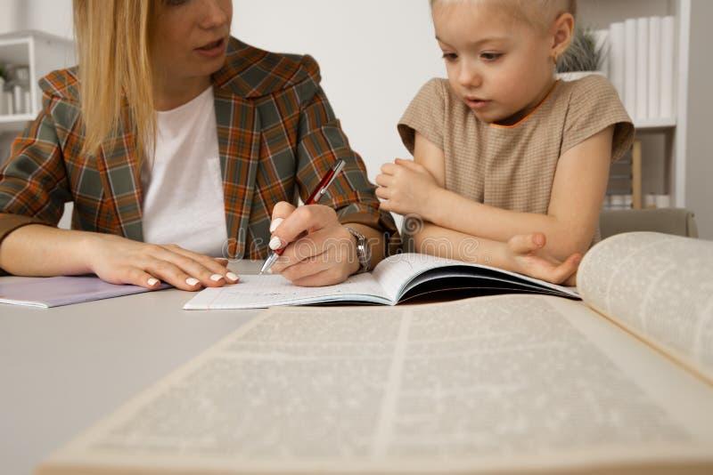 G?ra uppgifter och att studera begrepp Barnvakt med flickahandstill?xa arkivbilder