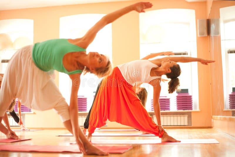 Göra yoga i vård- klubba royaltyfri fotografi