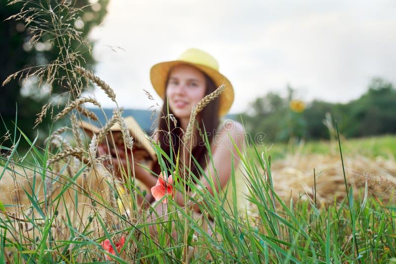 Görande suddig bakgrund bokflickan läser Flicka i en suddighetszon arkivbilder