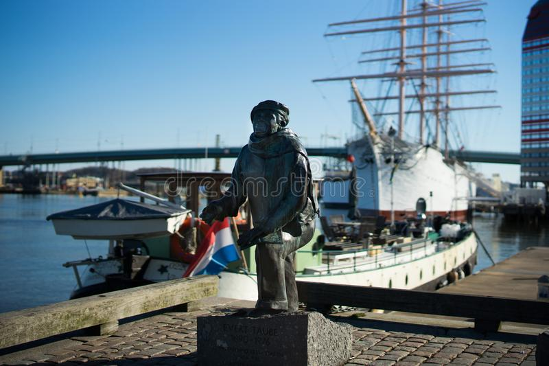 Göteborg hamn med fartyg och statyn med en klar blå himmel, Sverige royaltyfri foto