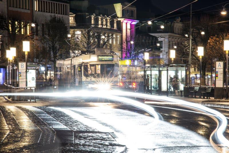 Göteborg - Sverige Circa oktober 2019: Tram på torget och stationen 'Kungsportsplatsen' på en regnig höstkväll arkivfoto
