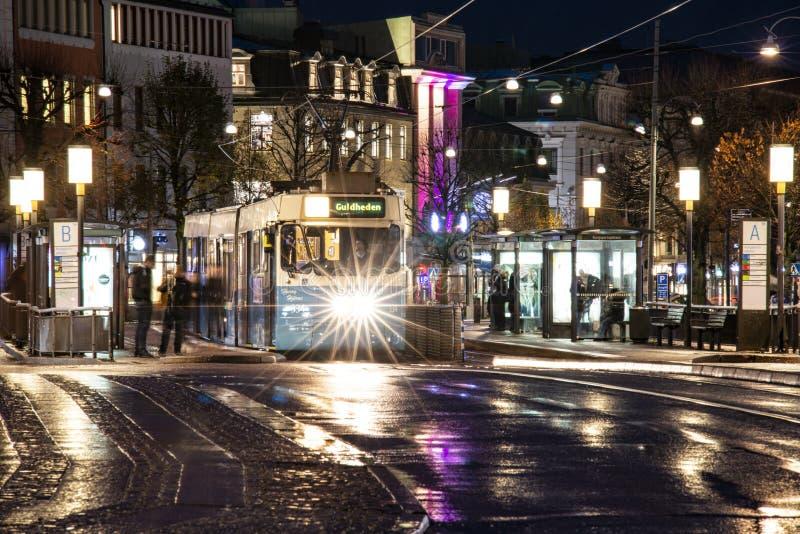 Göteborg - Sverige Circa oktober 2019: Tram på torget och stationen 'Kungsportsplatsen' på en regnig höstkväll arkivfoton