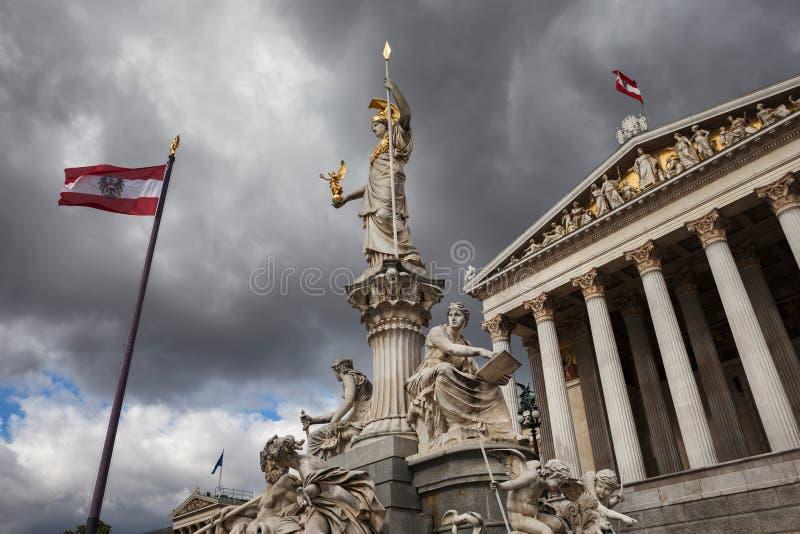 Göttin Athene und österreichisches Parlament in Wien stockbilder