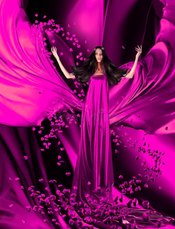 Göttin der Liebe im roten Kleid mit dem ausgezeichneten Haar und den Herzen stockbild