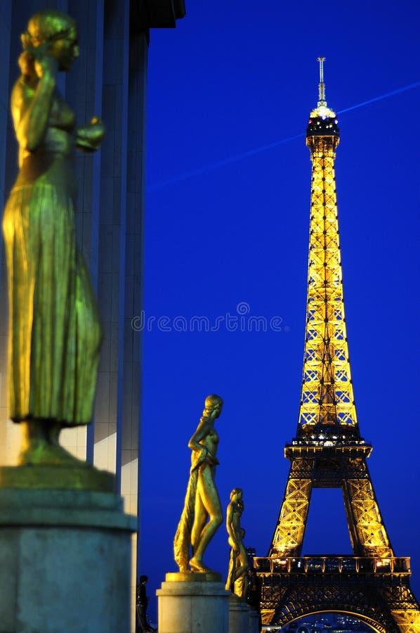 Göttin mit Eiffelturm stockfotografie