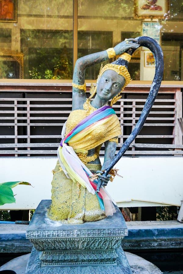 Göttinstatue von der buddhistischen Mythologie (Phra Mae Thorani) stockbild