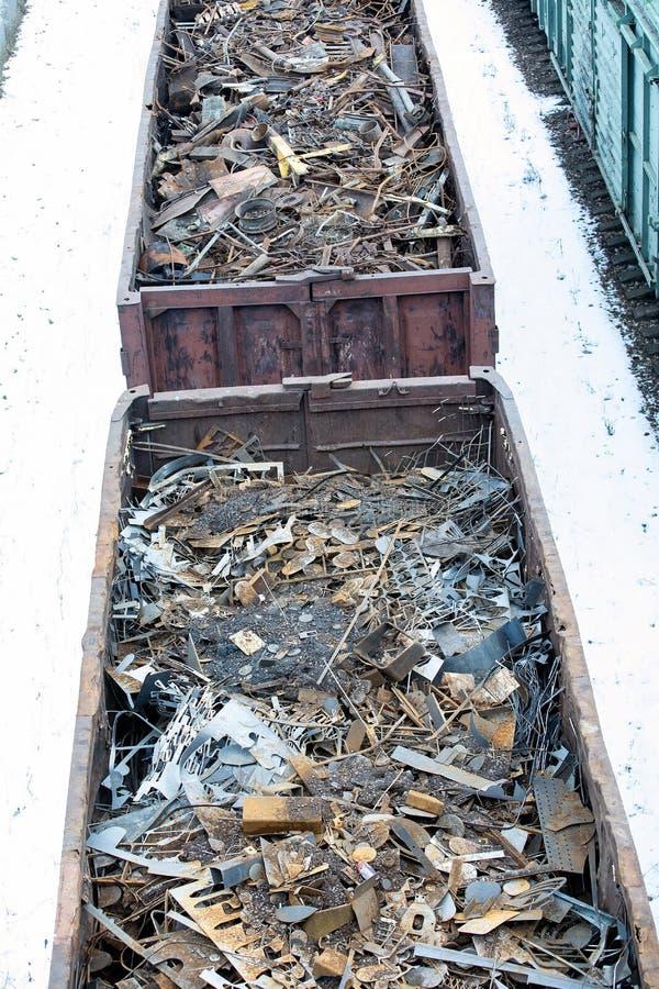 Güterwagen im Winter gefüllt mit Metallabfall Altes rostiges korrodiertes Metall, abstrakt für Ökologie lizenzfreie stockfotografie