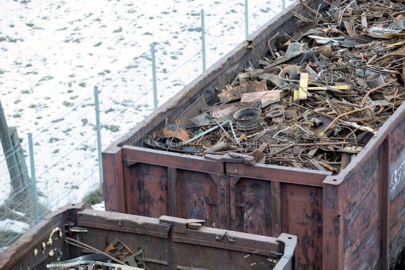 Güterwagen im Winter gefüllt mit Metallabfall Altes rostiges korrodiertes Metall, abstrakt für Ökologie stockfotografie