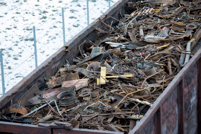 Güterwagen im Winter gefüllt mit Metallabfall Altes rostiges korrodiertes Metall, abstrakt für Ökologie stockbild