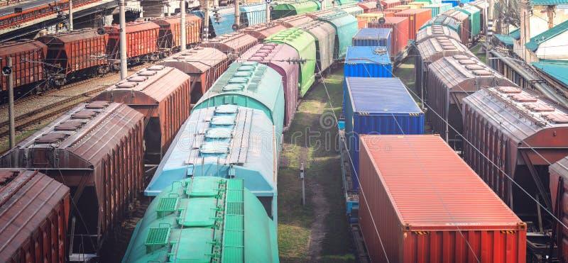 Güterwagen mit Fracht des Metalls und des Kornes im Hafen von Odessa stockbilder