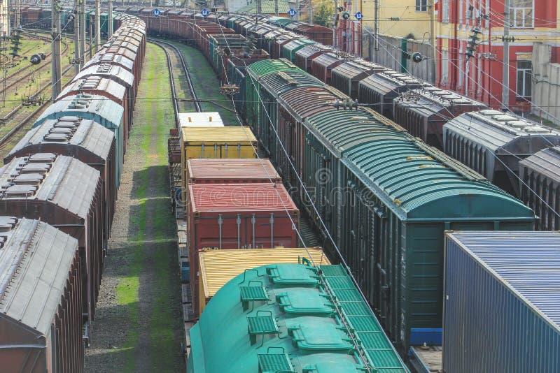 Güterwagen mit Fracht des Metalls und des Kornes im Hafen von Odessa stockfotos