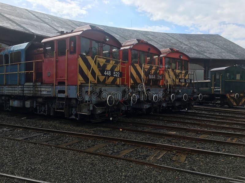 Güterzüge an der Halle lizenzfreie stockbilder