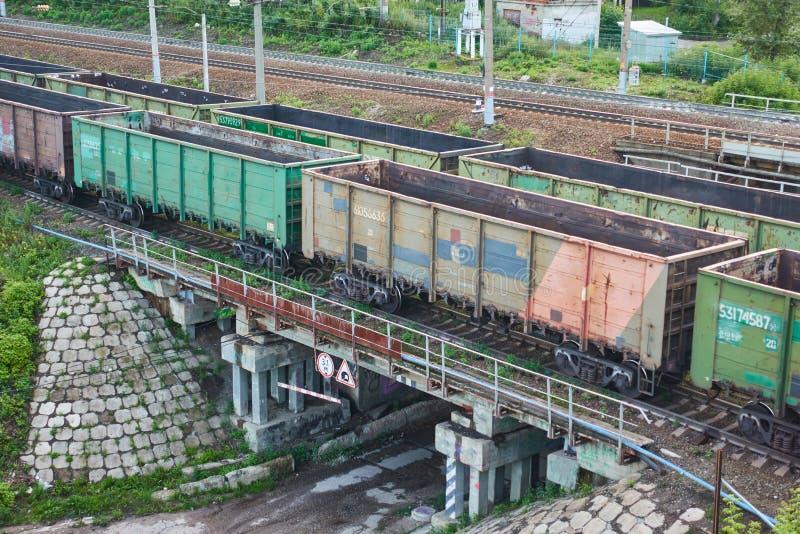 Güterzüge sind auf der Brücke Schie?en von der H?he stockfotos