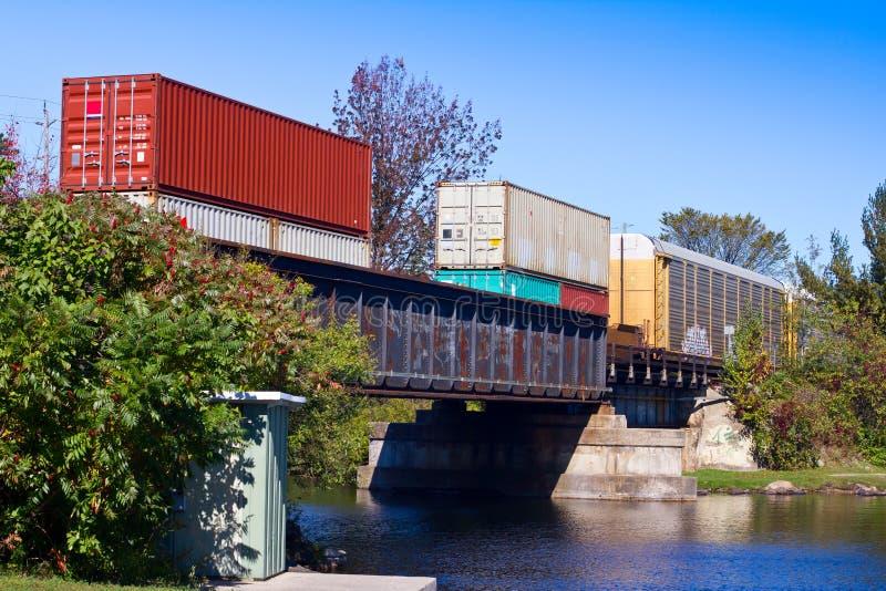 Güterzug auf einer Brücke stockfotografie