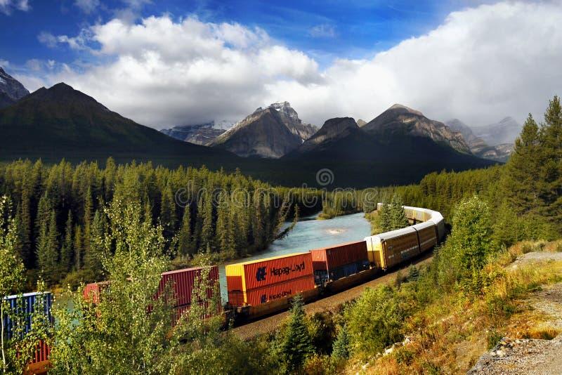 Güterzug, Kanadier Rocky Mountains lizenzfreie stockfotografie