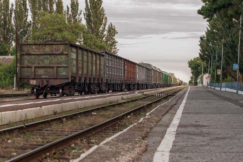 Güterzug steht auf der Plattform lizenzfreie stockbilder