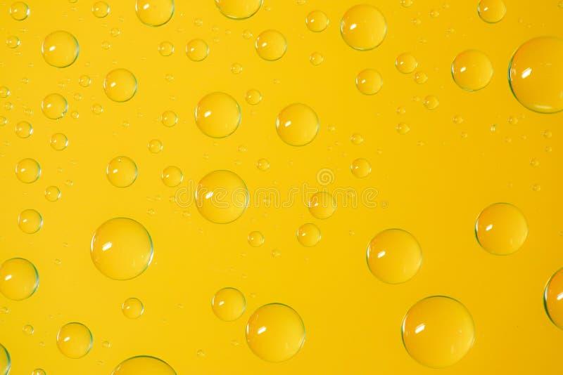 Gąbka na żółtej podłoga fotografia royalty free
