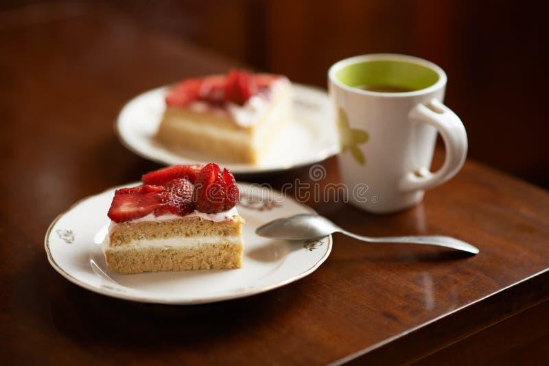 Gąbka tort dekorujący z truskawkami zdjęcia stock