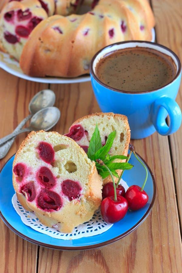 Gąbka tort z wiśniami na błękitnym talerzu obrazy stock