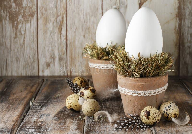 Gęsi jajka na sianie - Easter dekoracja obrazy stock