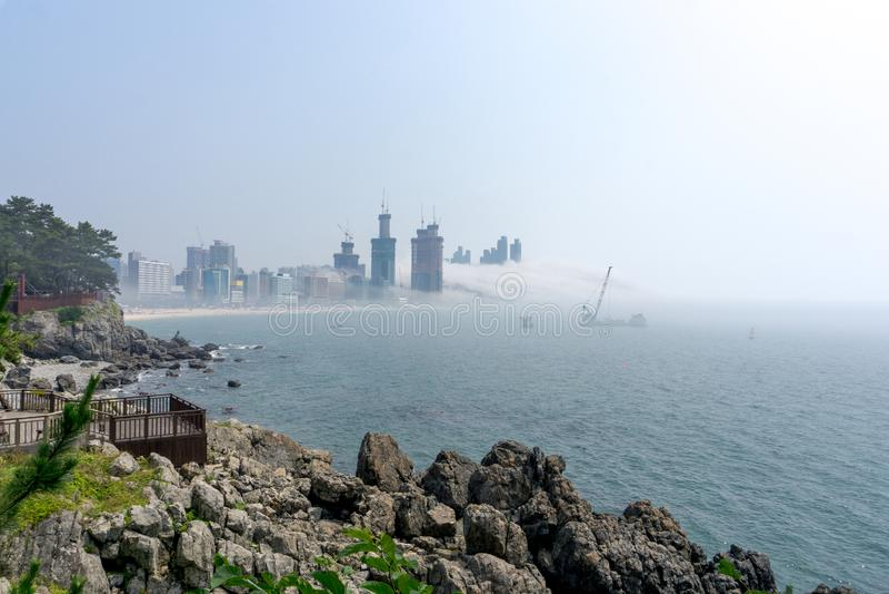 Gęsta ampuła i ciężki mgła cios od morza pas i ziemia zdjęcia royalty free
