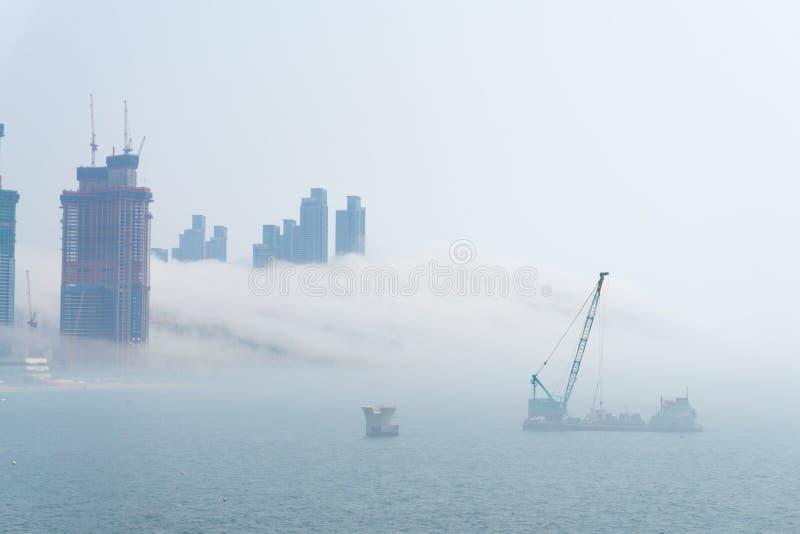 Gęsta ampuła i ciężki mgła cios od morza pas i ziemia fotografia stock