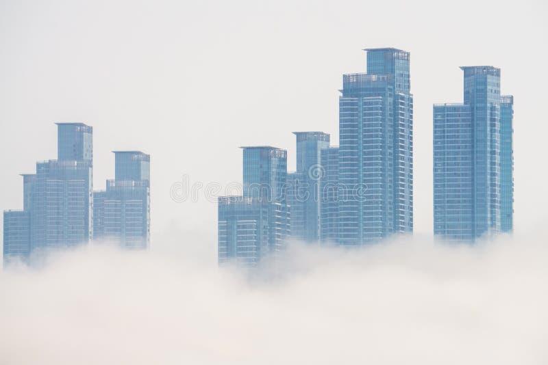 Gęsta ampuła i ciężki mgła cios od morza pas i ziemia obraz stock