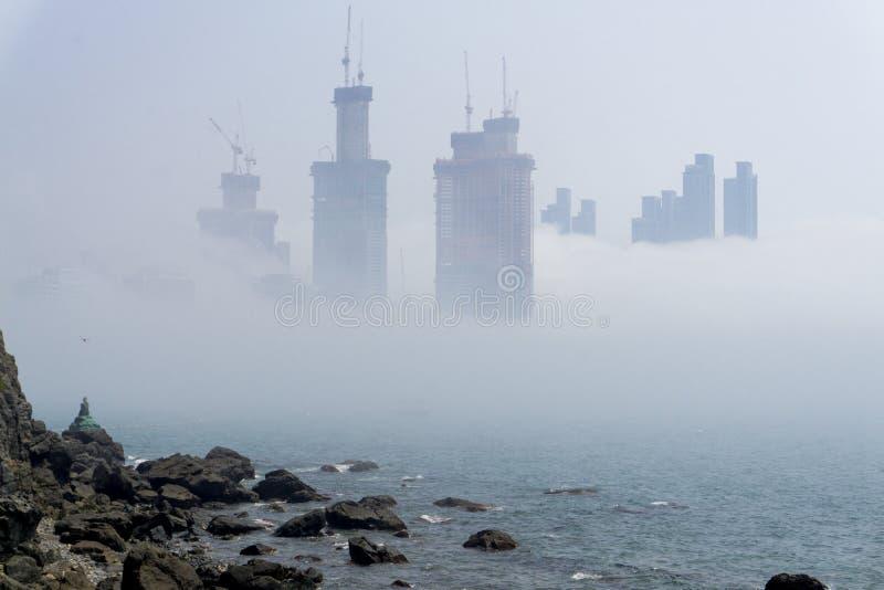 Gęsta ampuła i ciężki mgła cios od morza pas i ziemia obrazy stock