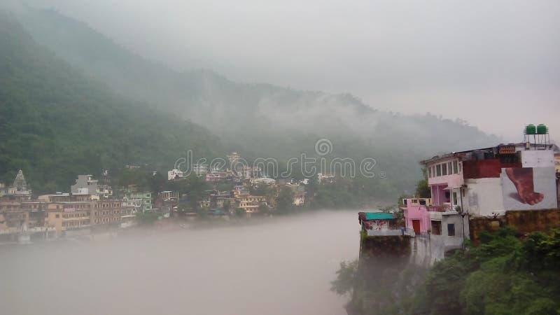 Gęsta mgła nad Ganges rzeką w Rishikesh obrazy stock
