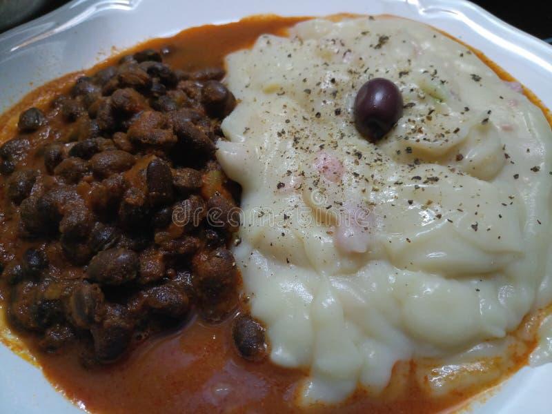 Gęsty śmietankowy gorący gotujący kartoflany puree i cynaderki fasole obraz royalty free