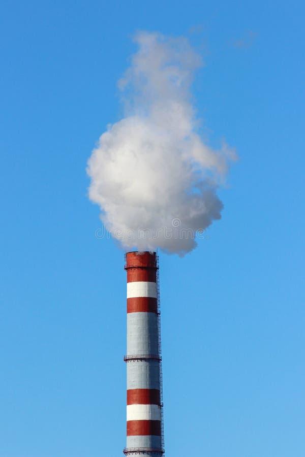 Gęsty bielu dym od wysokiego ceglanego przemysłowej rośliny kominu zdjęcia royalty free