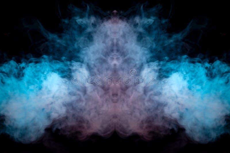 Gęsty dym exhaled od vape podkreśla fiołka kolorem jak głowa przeciw czarnemu tłu dynamically wewnątrz fotografia stock