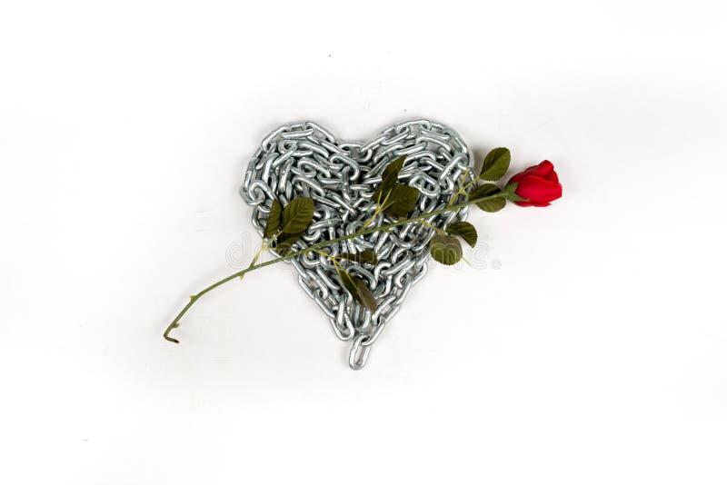 Gęsty metalu łańcuch składał sercem na białym tle odizolowywającym zdjęcia stock