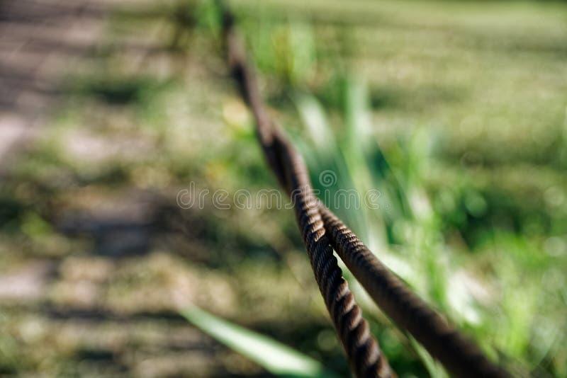 Gęsty stalowej arkany zakończenie up Bridżowy płotowy element Szczegółowy widok Powierzchnia stalowy kabel zakrywa z rdzą fotografia stock