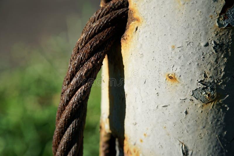 Gęsty stalowej arkany zakończenie up Bridżowy płotowy element Szczegółowy widok Powierzchnia stalowy kabel zakrywa z rdzą zdjęcie royalty free