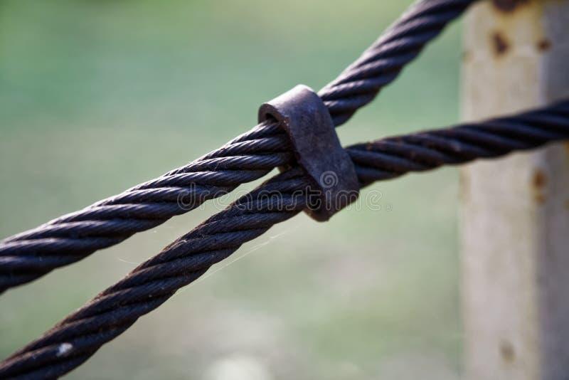 Gęsty stalowej arkany zakończenie up Bridżowy płotowy element Szczegółowy widok Powierzchnia stalowy kabel zakrywa z rdzą zdjęcie stock
