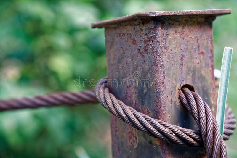 Gęsty stalowej arkany zakończenie up Bridżowy płotowy element Szczegółowy widok Powierzchnia stalowy kabel zakrywa z rdzą fotografia royalty free