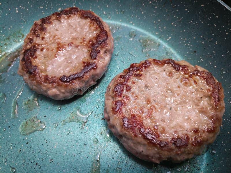 Gęsty wazeliniarski wołowina hamburgerów smażyć obrazy royalty free