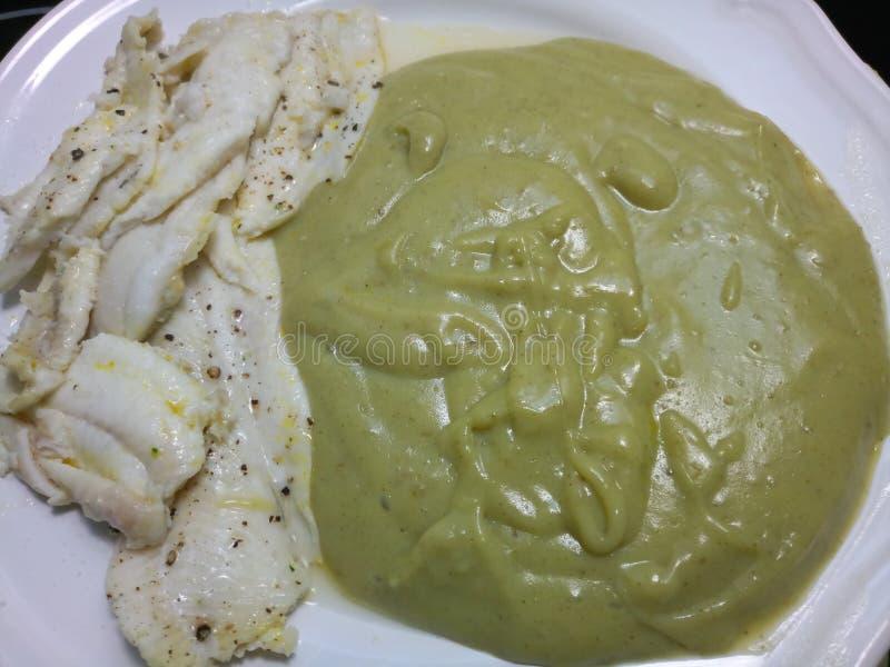 Gęsty zielony kartoflany puree i gotująca biała Dover ryba obrazy royalty free