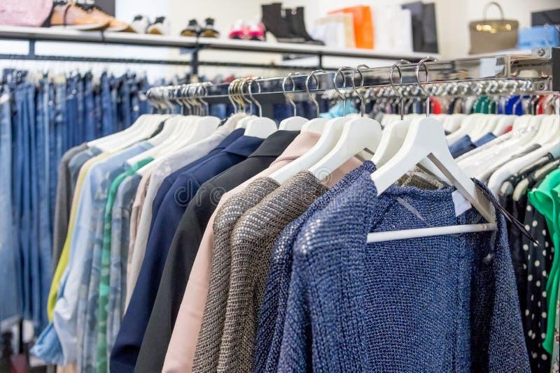 główna Moscow gumowa wewnętrznej universal sklepu na zakupy Ubraniowe sprzedaż punktu kobiety Stroje w kobieta sklepie odzieżowym obraz stock
