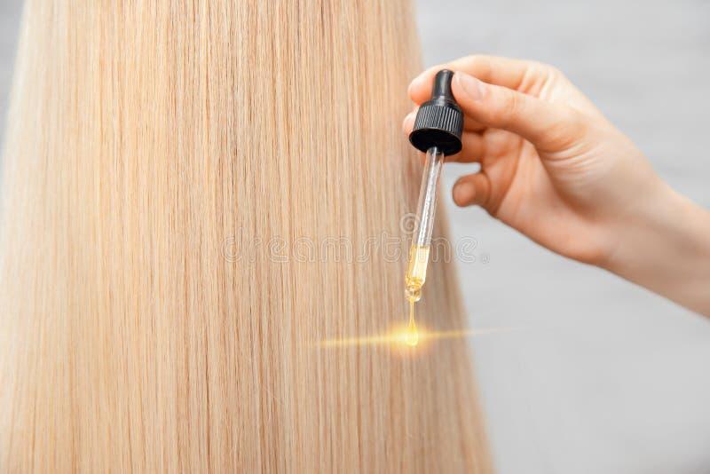 Główna procedura fryzjerska olejowa obróbka włosów kobiety Koncepcja salońska obrazy royalty free